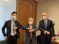 左隣:小澤哲夫(サノフィ株式会社 渉外本部マネジャー) 右隣:欧州製薬団体連合会 理事 オーレ ムルスコウ ベック)